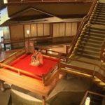 今、日本で最も勢いのあるアニメ「鬼滅の刃」。福島県に「鬼滅の刃」の聖地があることを、ご存じだろうか?福島・会津若松市にある芦ノ牧温泉「大川荘」。なぜここが聖地なのか。吹き抜けの中央で優雅に三味線を弾く
